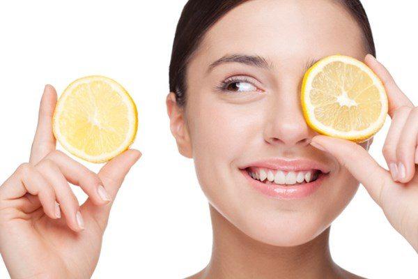 Trong chanh chứa nhiều thành phần axit dịu nhẹ và vitamin c rất tốt cho làn da các chị em.