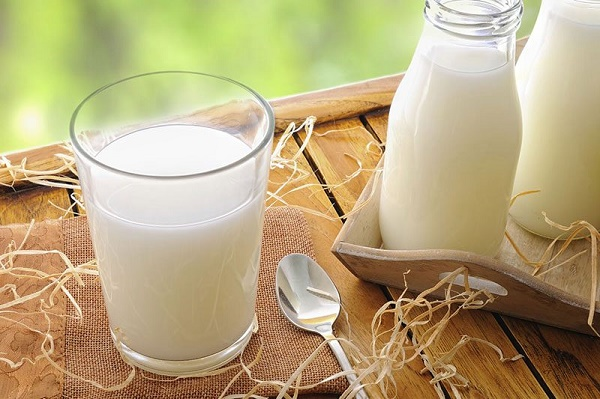 Trong sữa mẹ có chứa nhiều vitamin và các loại khoáng chất cần thiết có khả năng nuôi dưỡng da sáng mịn.