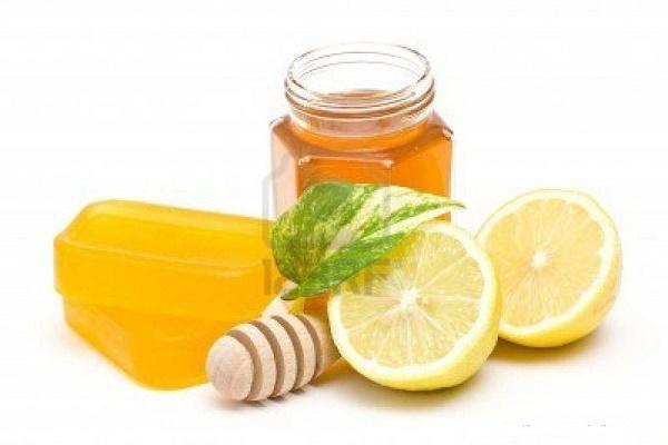 Trị tàn nhang từ mật ong và chanh rất an toàn cho làn da nhạy cảm.
