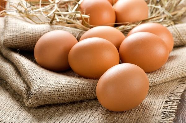 Chất béo có trong lòng trắng trứng gà giúp các mô chính ở da liên kết lại với nhau.