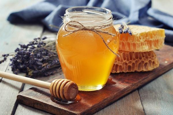 Mặt nạ từ mật ong và sữa chua còn dưỡng trắng da, loại bỏ vết thâm sạm rất tốt.