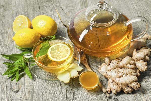 Mật ong và nước cốt chanh có khả năng loại bỏ các hắc sắc tố trên da, dưỡng da mịn màng.