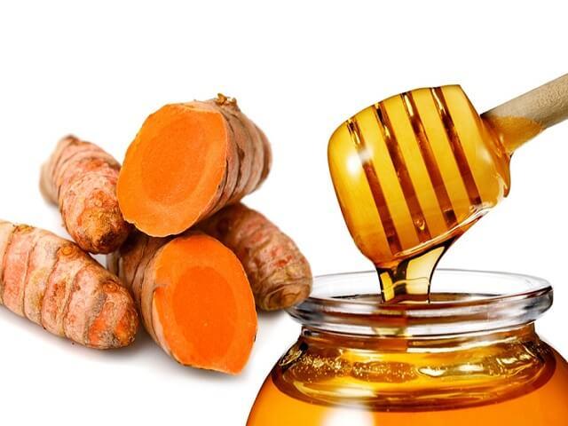 Mật ong kết hợp với bột nghệ vừa có công dụng dưỡng trắng da, vừa giúp cải thiện sắc tố.