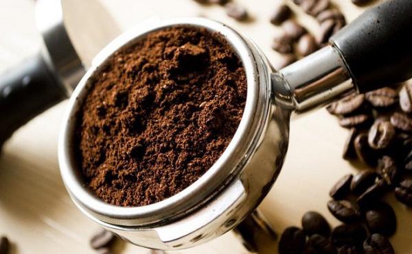 Bã cà phê có tác dụng tẩy tế bào da chết, loại bỏ nám tàn nhang còn sữa chua có tác dụng dưỡng ẩm, làm mềm da.