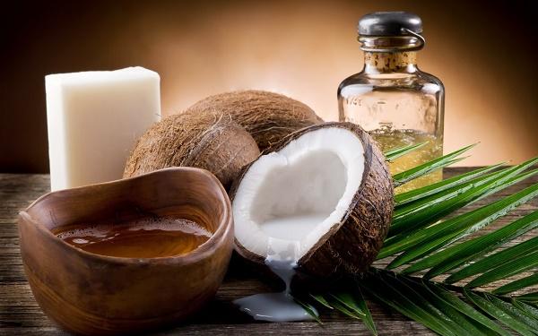 Sử dụng mặt nạ từ dầu dừa sẽ giúp làm mờ các đốm tàn nhang trên da hiệu quả.