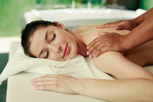 Các động tác massage trị liệu dọc các mạch năng lượng mang lại sự dẻo dai và tình thần sảng khoái.