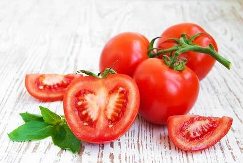 Tẩy lông bằng nước ép cà chua là phương pháp làm đẹp đơn giản dễ thực hiện