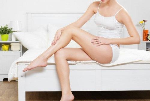 Đôi chân thon gọn sáng mịn, giúp chị em tự tin diện đầm sexy hay quần sooc cá tính