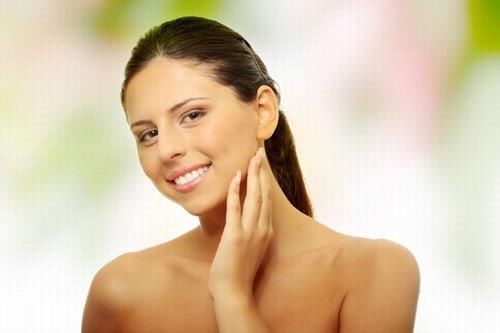 Tình trạng rậm lông sẽ được cải thiện đáng kể khi kiên trì dưỡng da với chanh + đường + mật ong.