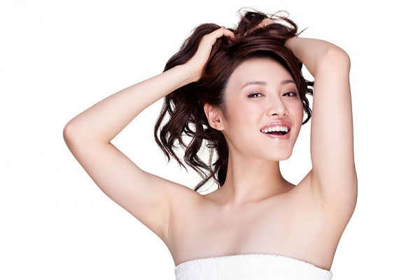 Làn da dưới cánh tay sáng mịn không tỳ vết khi biết wax lông nách tại nhà đúng cách.