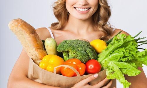 Tăng cường bổ sung thực phẩm giàu vitamin A, E, kẽm... giúp ngăn chặn việc đứt gãy kết cấu da cực kỳ hiệu quả