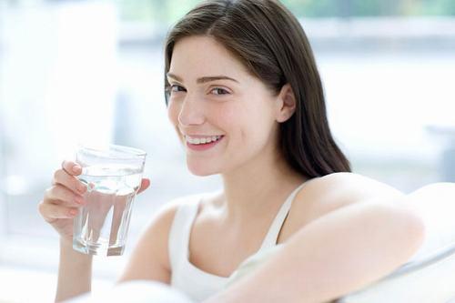 Việc cung cấp đầy đủ nước cho cơ thể sẽ giúp da luôn mềm mại và có độ đàn hồi tốt hơn