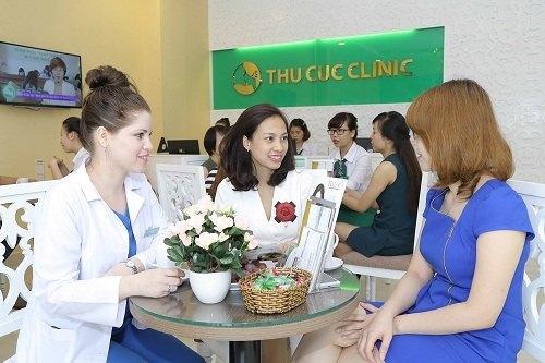 Chuyên gia Thu Cúc Clinics đang tư vấn về cách chữa thâm bụng sau sinh cho khách hàng.